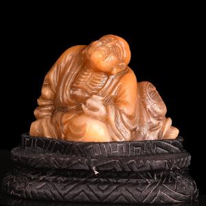 全手工雕刻《老性罗汉摆件》寿山石取巧全手工精雕配送订制锦盒底座