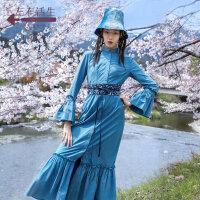 生活在左植物染系列秋季女装新品天空蓝立领收腰连衣裙中长款裙子