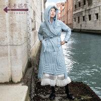 生活在左2019秋冬女装新款浅蓝色长款过膝羽绒服女配腰带毛织帽子