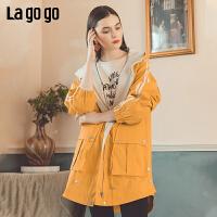 Lagogo2019秋新款时尚连帽灯笼袖黄色拉链风衣女雪纺腰部抽绳上衣