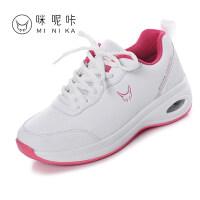 白色波鞋女秋季休闲减震旅游鞋厚底透气防滑运动中老年妈妈鞋